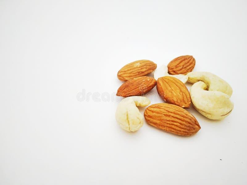 Mandorle asciutte ed anacardio di frutti isolati con fondo bianco fotografie stock