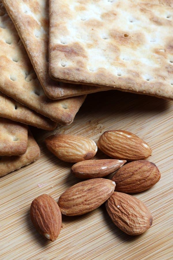 Mandorle e cracker fotografie stock
