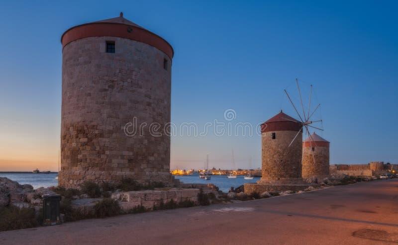 Mandraki hamnväderkvarnar på ön av Rhodes Greece royaltyfria bilder