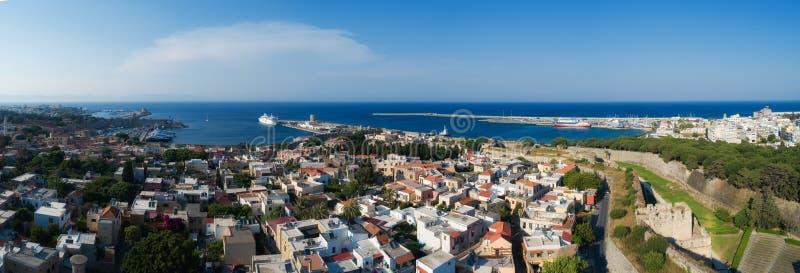 Mandraki port av den flyg- panoramautsikten f?r Rhodes stadshamn i den Rhodes ?n i Grekland royaltyfria bilder
