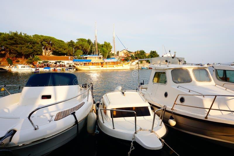 Mandre, Eiland Pag, Kroatië, 27 Juli, 2019 Kleine haven met meertrosboten op de zeekust in zonsondergang stock fotografie