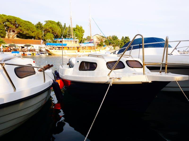 Mandre, ilha de Pag, Croácia, o 27 de julho de 2019 Navios e barcos ancorados em um porto de pesca pequeno Mandre na ilha croata  fotos de stock