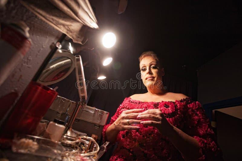 Mandressing som en kvinna arkivfoto