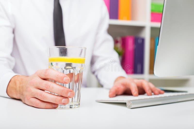 Mandricksvatten på kontoret arkivbild