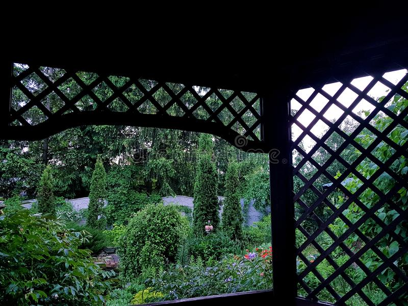 Mandril de madeira com estrutura no jardim da casa de campo imagens de stock