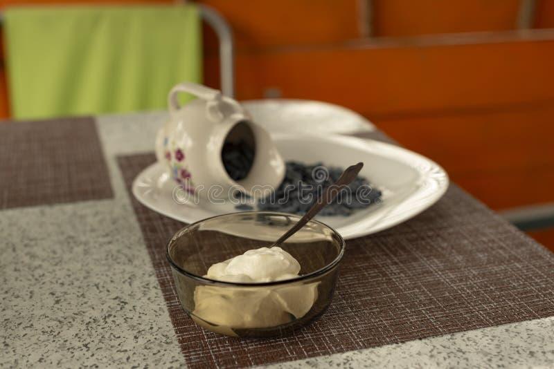 Mandril do ver?o O café da manhã da luz de Utrenny das bagas Uma madressilva com um morango silvestre e um creme de leite foto de stock royalty free