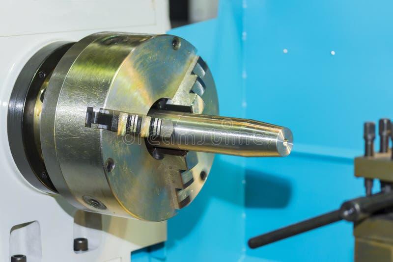 Mandrin d'axe de tour industriel de commande numérique par ordinateur et pièce de rotation de produit sur la machine image stock