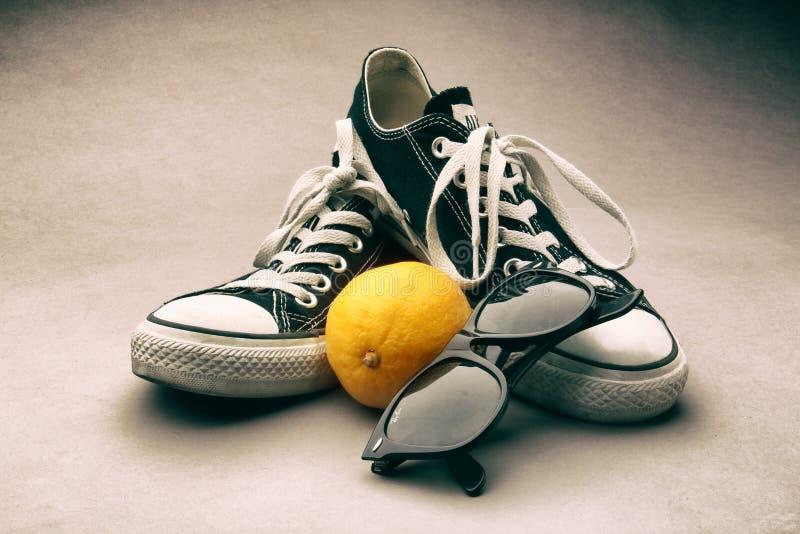 Mandrini con il limone e gli occhiali da sole fotografia stock libera da diritti