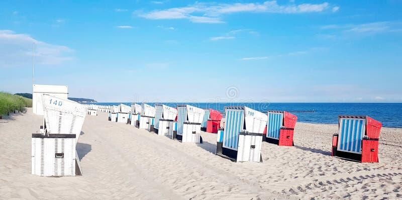 Mandstoel op het strand bij Oostzee stock afbeeldingen