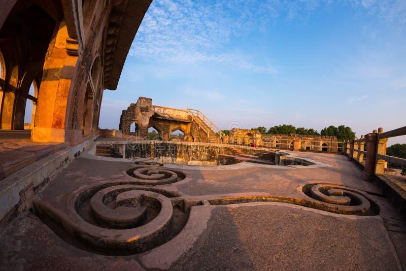 Mandu India, rovine afgane del regno di islam, del monumento della moschea e della tomba dei musulmani Canali idrici e stagno, Ja fotografia stock