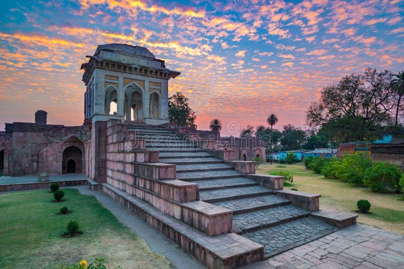 Mandu India, rovine afgane del regno di islam, del monumento della moschea e della tomba dei musulmani Cielo variopinto ad alba fotografie stock libere da diritti