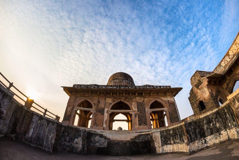 Mandu Indien, afghanische Ruinen des Islamkönigreiches, des Moscheenmonuments und des Moslemgrabs Ansicht durch Tür, Hindola Maha lizenzfreie stockfotografie
