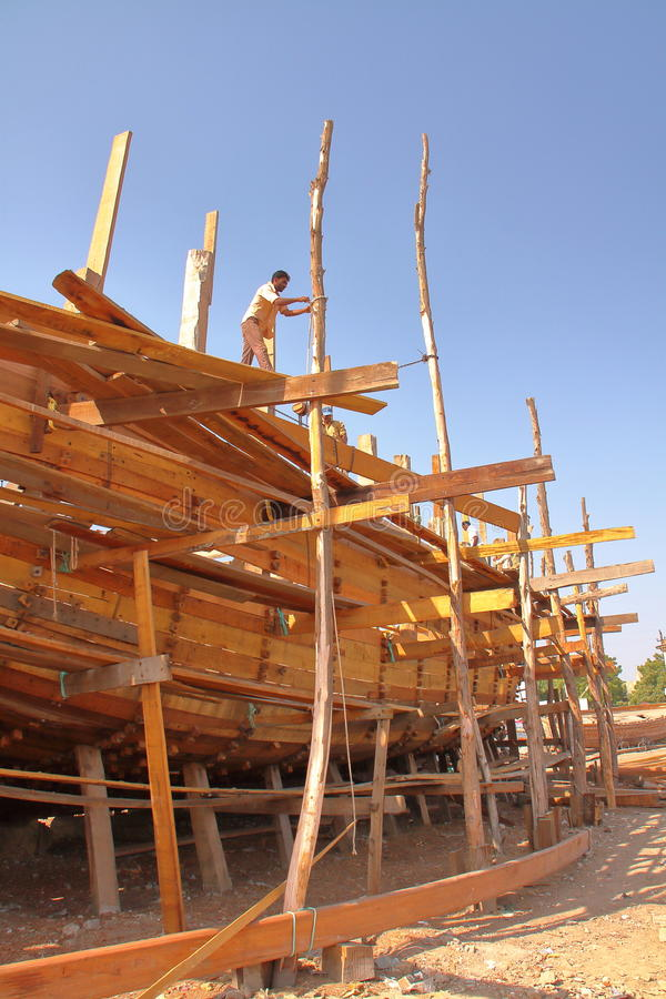 MANDVI,古杰雷特,印度- 2013年12月21日:传统木单桅三角帆船大厦 免版税库存照片