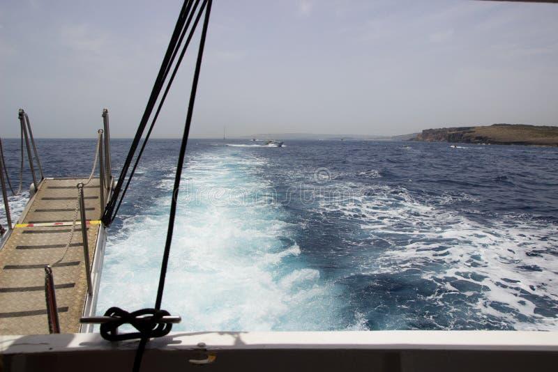 Maneira à ilha de Comino no barco imagem de stock