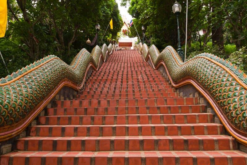 Maneira acima de escadas do naga a Wat Pathat Doi Suthep fotos de stock