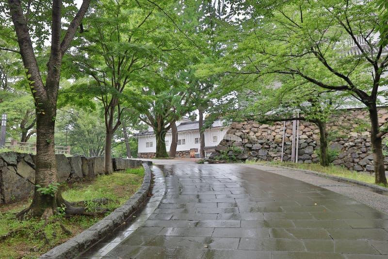 a maneira ao castelo de Kokura no parque fotografia de stock royalty free