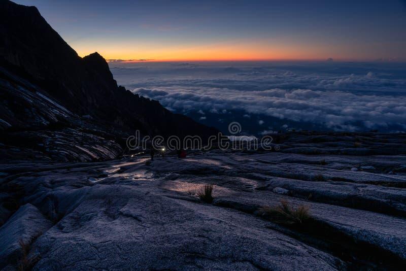 Maneira ao pico do ponto baixo da cimeira no maciço de Kinabalu, ilha de Bornéu, Sabah, Malásia fotografia de stock royalty free