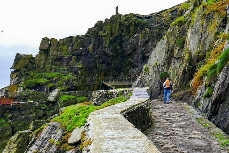 Maneira atlântica selvagem: O peregrino anda da angra da aterrissagem para apedrejar a escadaria para empreender a escalada traiç fotografia de stock royalty free