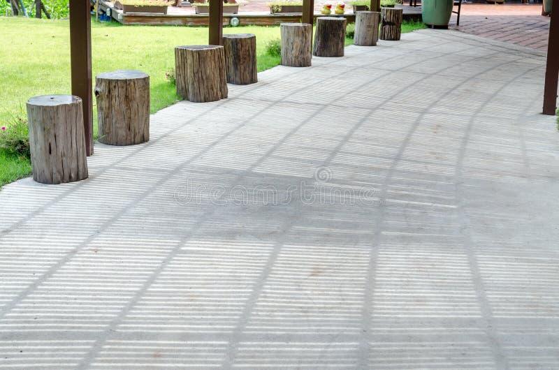 Maneira concreta da caminhada sob o telhado de madeira do Lath foto de stock royalty free