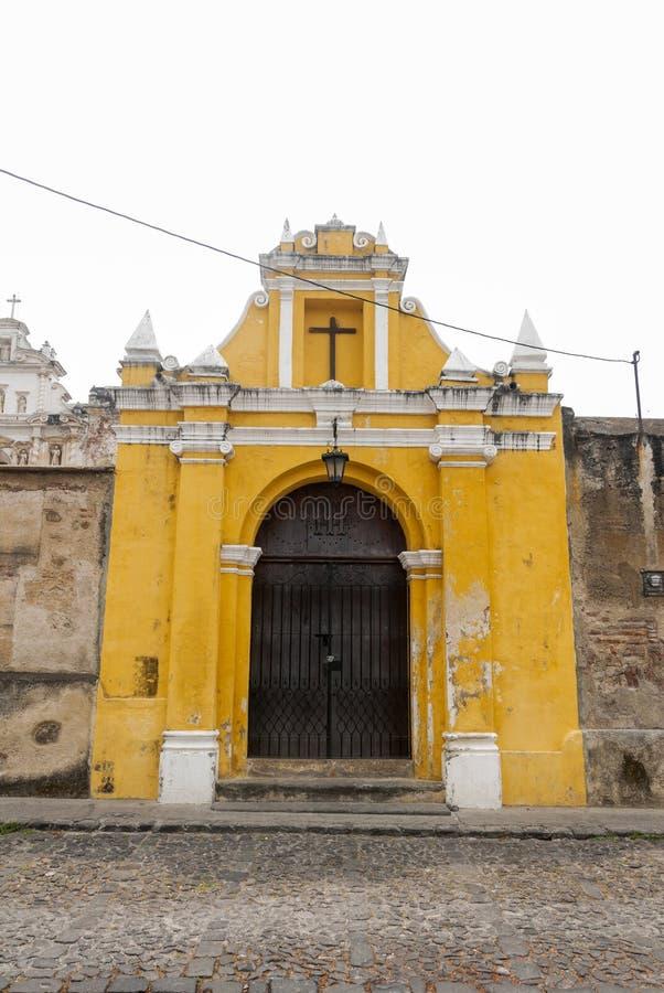 Maneira da capela das estações transversais na rua dos thesteps da Guatemala de Antígua do La Porta antiga na Guatemala de Antígu foto de stock royalty free