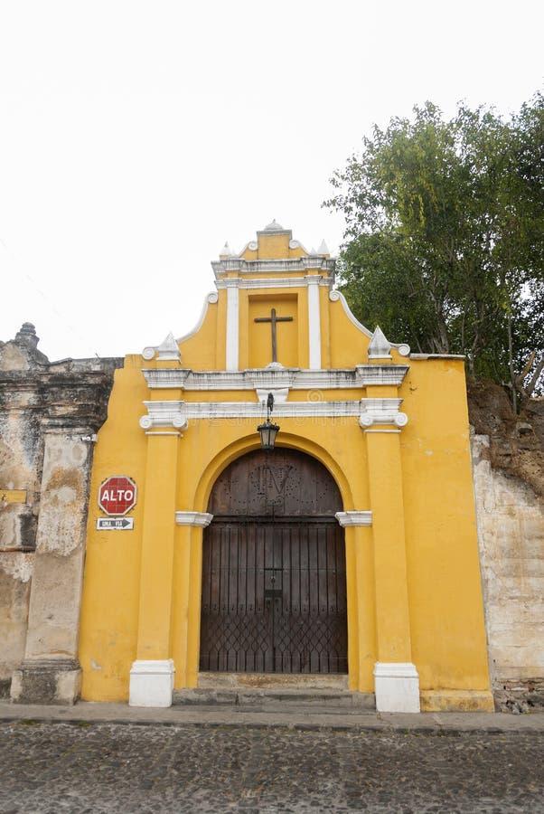 Maneira da capela das estações transversais na rua dos thesteps da Guatemala de Antígua do La Porta antiga na Guatemala de Antígu fotografia de stock