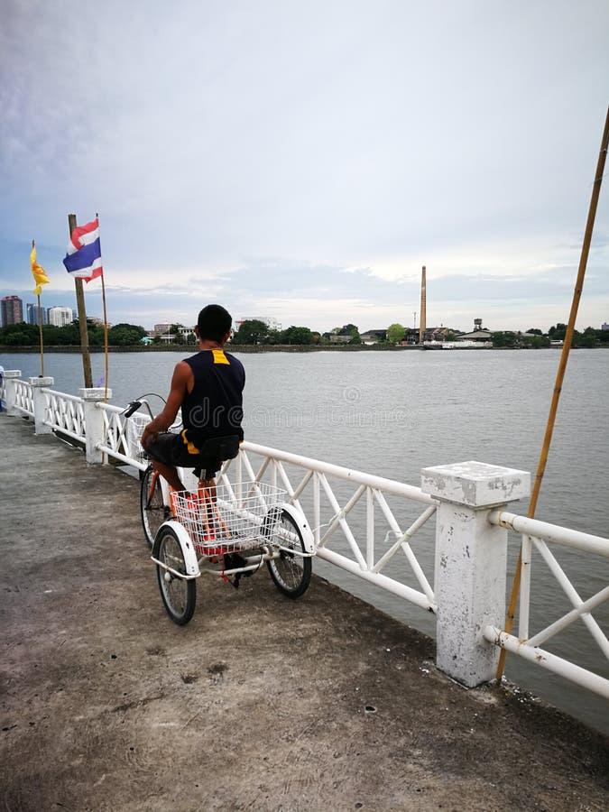 Maneira da comunidade local de vida dos povos de Tailândia perto de um rio imagem de stock royalty free