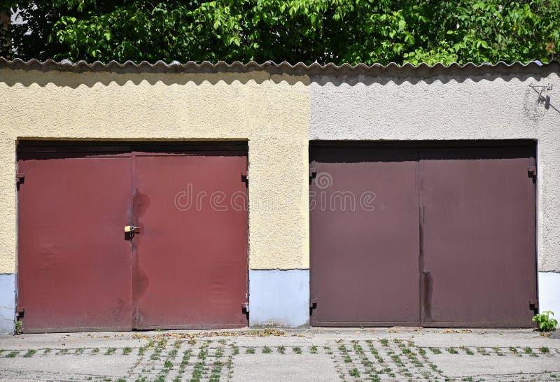 Maneira da porta às garagens fotos de stock royalty free