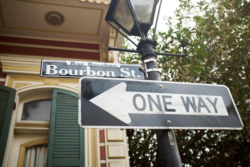 A maneira da rua uma de Bourbon assina dentro Louisiana fotografia de stock