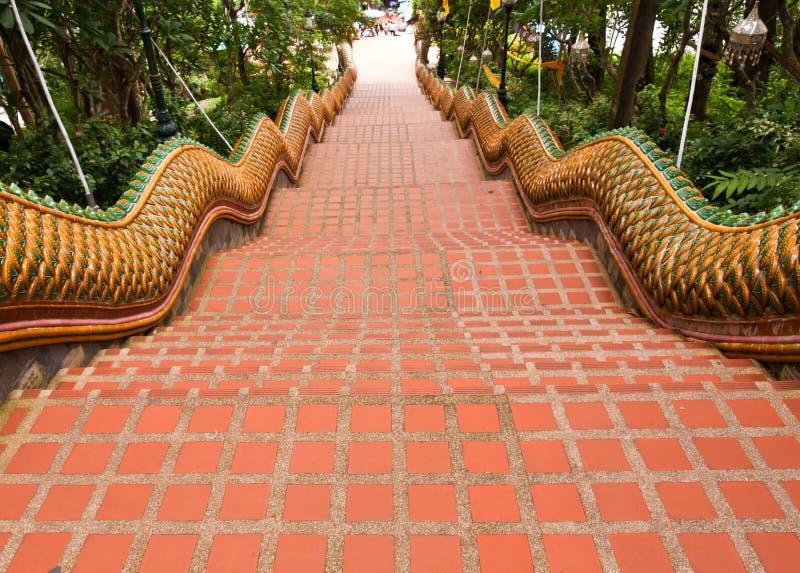 A maneira das escadas do Naga para baixo de Wat Doi Suthep fotos de stock