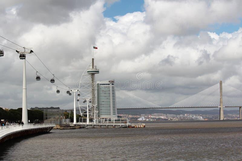 A maneira de cabo e a ponte de Vasco Da Gama nas nações estacionam em Lisboa, Portugal fotografia de stock royalty free