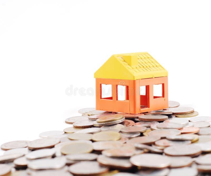 A maneira de dinheiros de modelar a casa fotos de stock royalty free