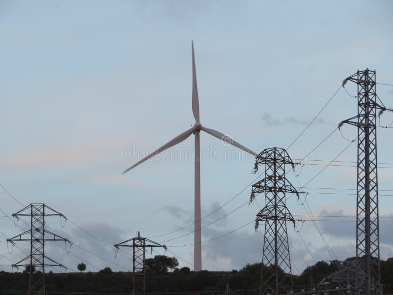 Maneira de produzir a energia elétrica e o transporte fotos de stock