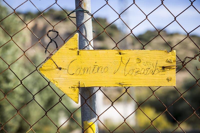 Maneira de seta do amarelo de St James - Camino Mozarabe de Santiago fotografia de stock