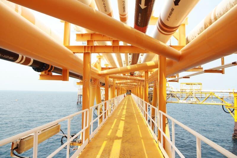 Maneira do corredor central ou da caminhada na plataforma da construção do petróleo e gás, plataforma do processo do petróleo e g foto de stock