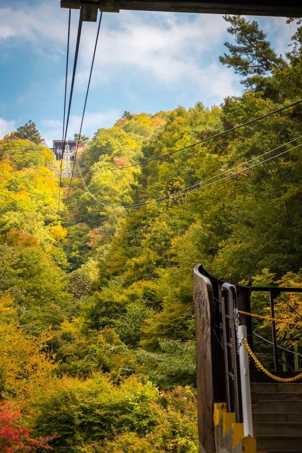 Maneira a ir à montanha no lago Kawaguchiko na estação do outono, Japão fotografia de stock royalty free