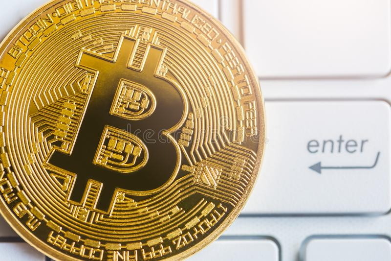 A maneira moderna de troca e de bitcoin é pagamento conveniente no glob imagens de stock royalty free