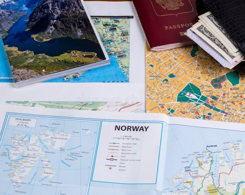 Maneira a Noruega Mapa na tabela, passaporte, dinheiro fotos de stock royalty free