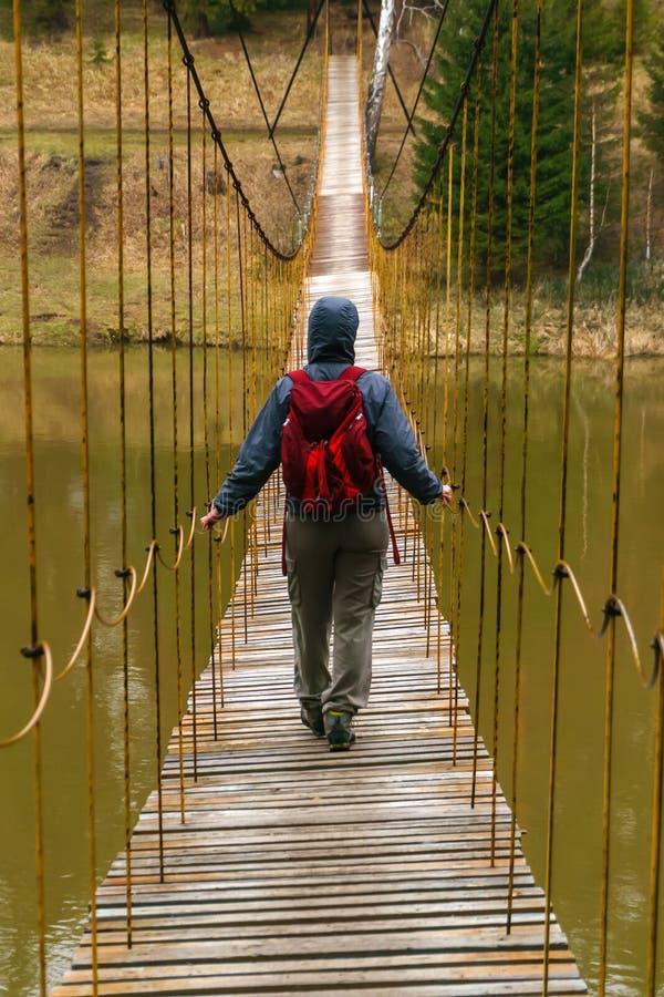A maneira sobre a ponte de suspens?o sobre o rio da mola foto de stock royalty free