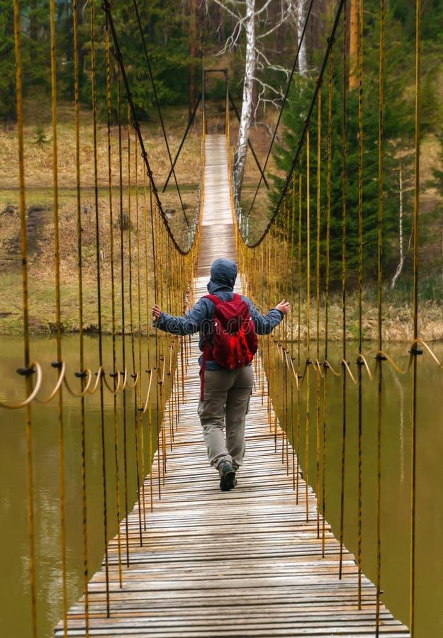 A maneira sobre a ponte de suspens?o sobre o rio da mola fotografia de stock royalty free