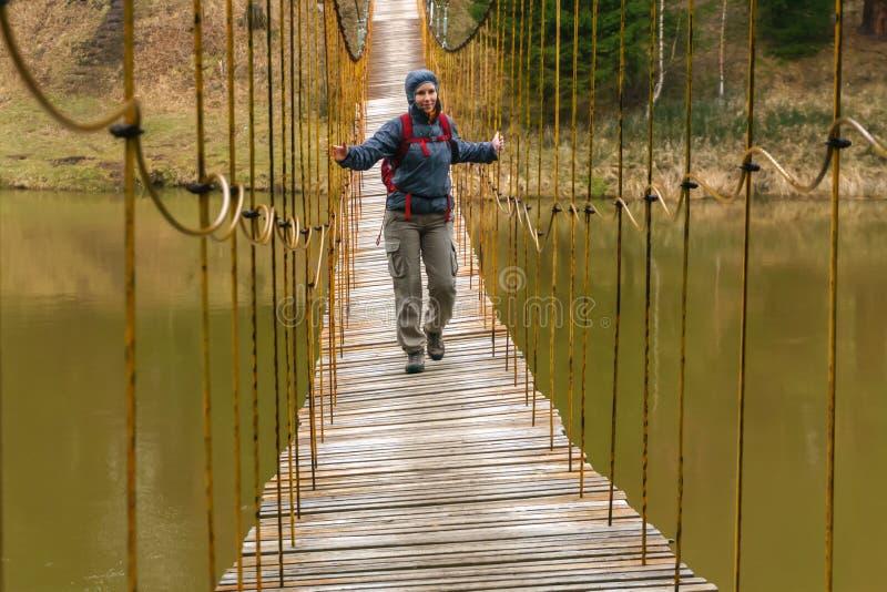 A maneira sobre a ponte de suspens?o sobre o rio da mola imagens de stock royalty free