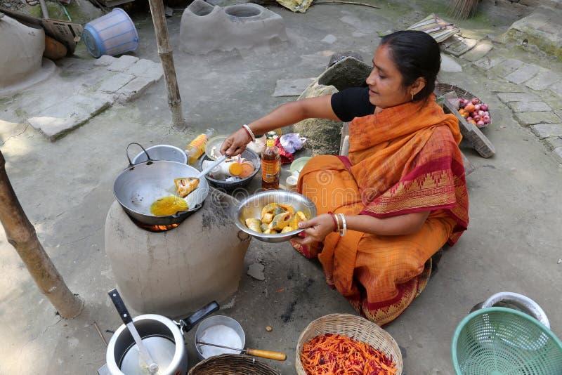 Maneira tradicional de fazer o alimento no fogo aberto em uma vila, Kumrokhali, Bengal ocidental, Índia fotos de stock royalty free