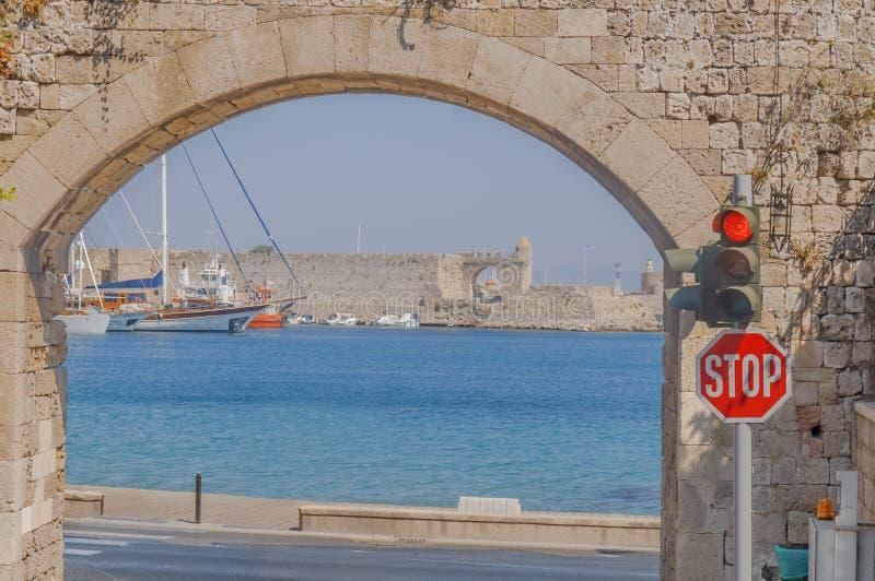 A maneira velha da cidade de retirar com mar azul e diversas entraram o barco imagem de stock royalty free