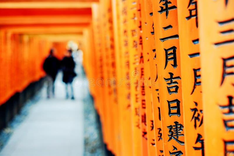 Maneira vermelha da porta, corredor do torii em Fushimi Inari Taisha, Kyoto, Japão foto de stock