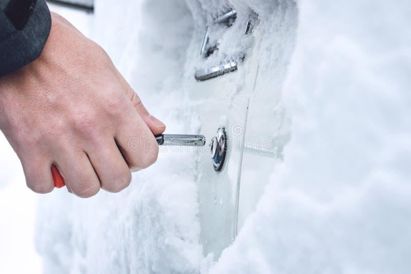 Maneiras de abrir portas de carro congeladas aquecimento acima a chave Porta de carro masculina com chaves, foco seletivo do inve imagens de stock royalty free