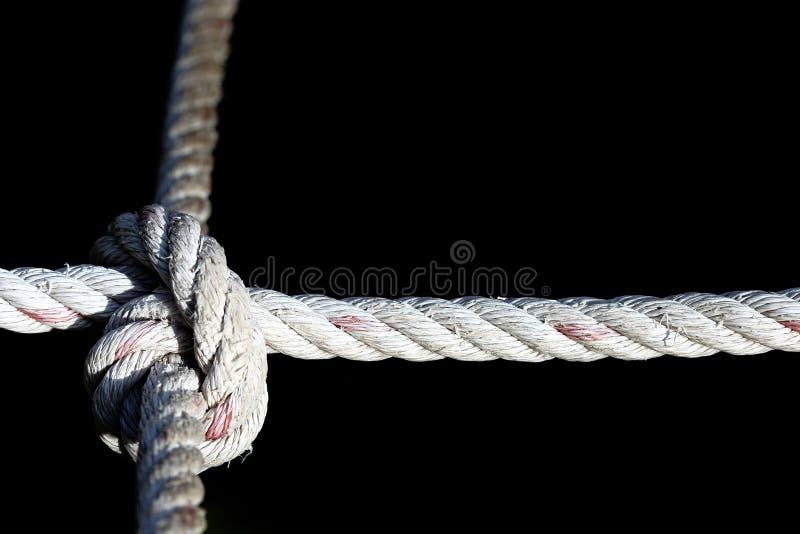 Maneiras de nylon do nó quatro da corda, difíceis duramente resolver, backgr preto imagem de stock royalty free