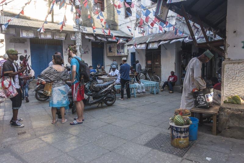 Maneiras de pedra da aléia da cidade no console de Zanzibar foto de stock