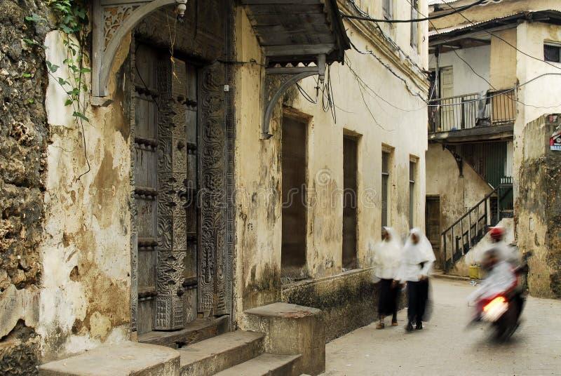Maneiras de pedra da aléia da cidade no console de Zanzibar