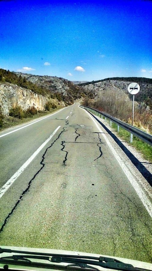 Manejando en una carretera desierta en el oeste de Serbia foto de archivo libre de regalías