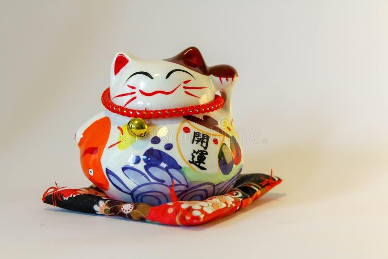 Maneki Neko - japansk välkomnande katt royaltyfria foton