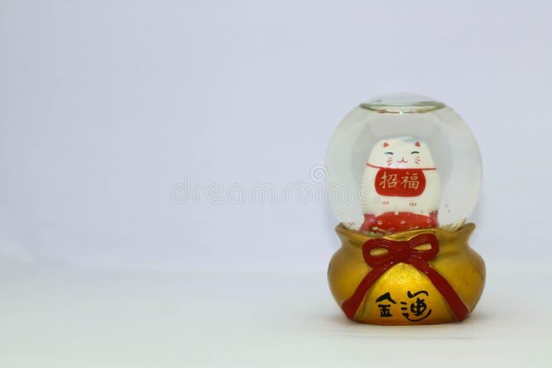Maneki Neko Japonia Szczęsliwy kot w Śnieżnej kuli ziemskiej, przekład: Pieniężna pomyślność zdjęcie royalty free